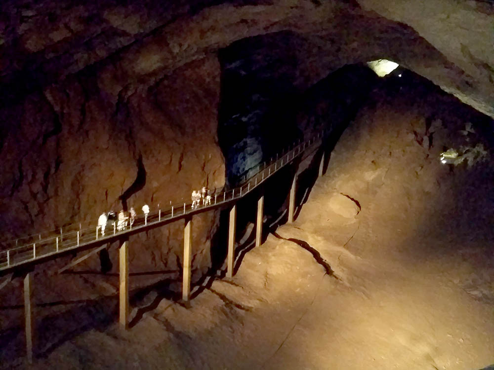 Путь по Новоафонской пещере занимает несколько километров