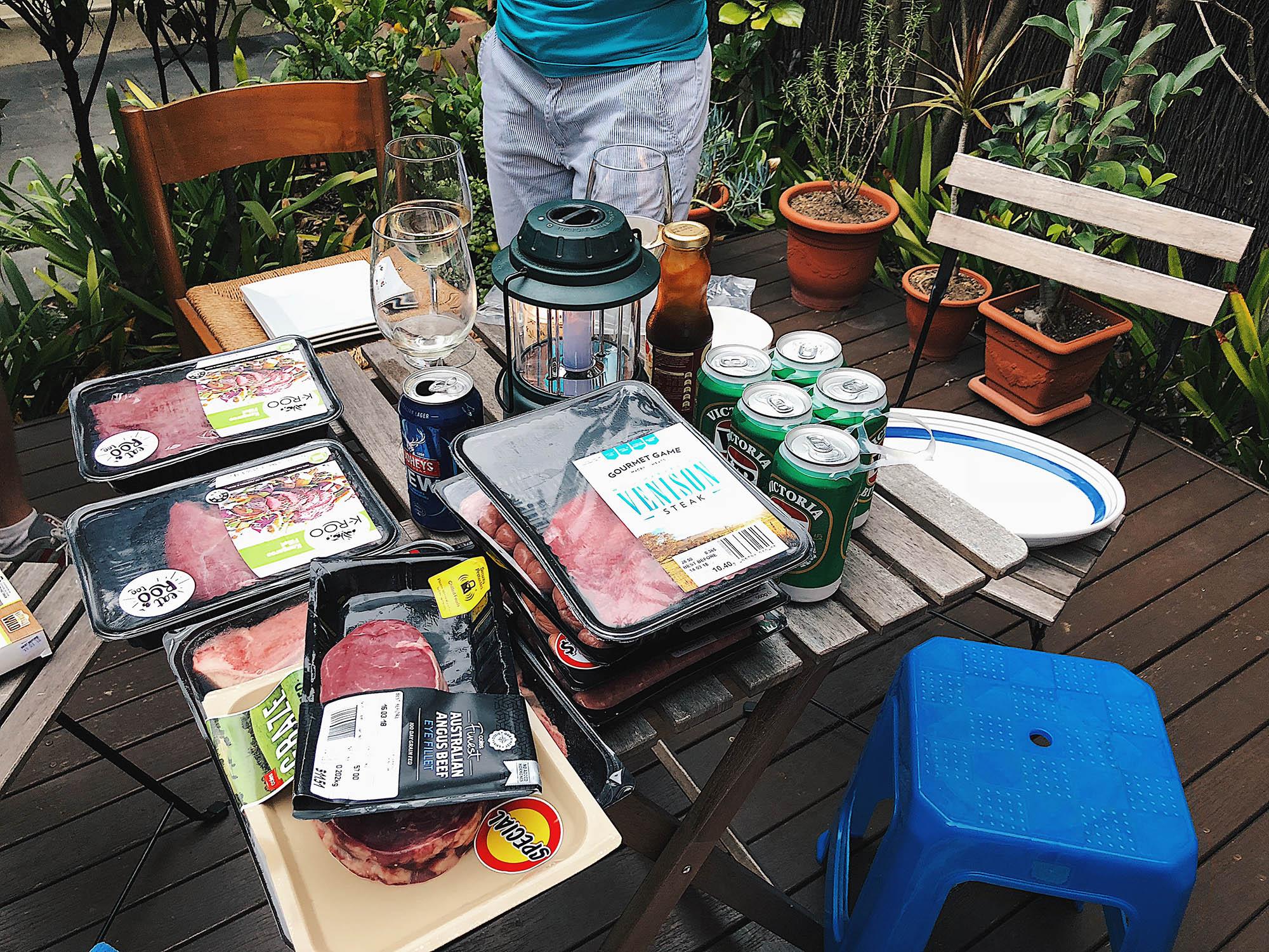 Подготовка к барбекю. 680 г стейка из кенгуру в Австралии стоят всего 230 р.