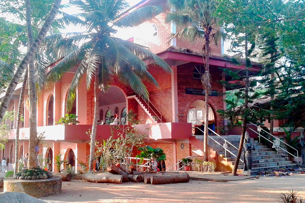 Главный храм и по совместительству зал для занятий йогой в ашраме Шивананды