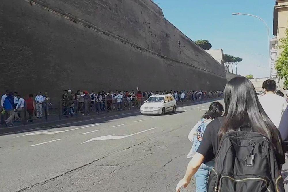 Очередь в музеи Ватикана растянулась на три сотни метров