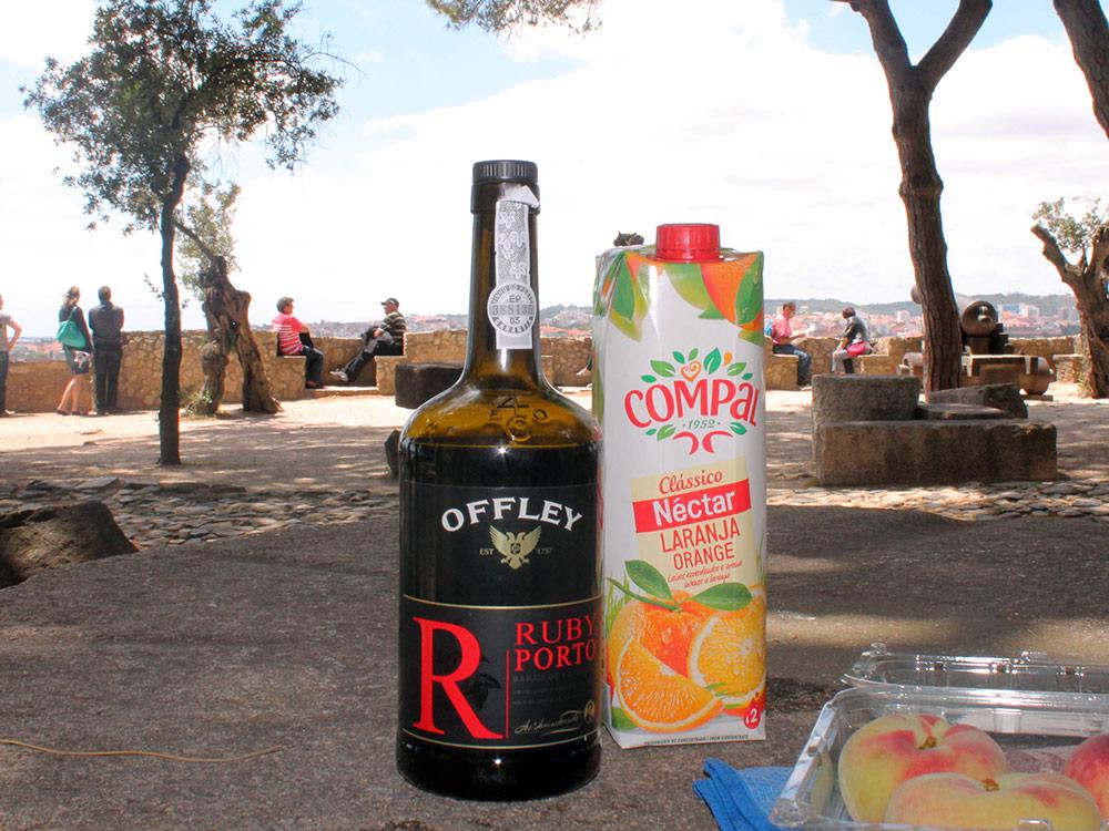 Дежурная бутылка портвейна из путешествия по материковой Португалии. Портвейн придает сил во время пеших прогулок