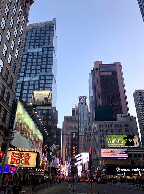В Нью-Йорке можно найти музеи, рестораны и постановки в любое время и на любой вкус