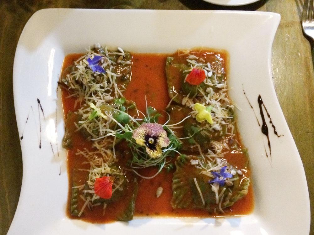 В ресторане «Органика» много блюд для веганов. Невероятно вкусные равиоли с бататом стоят 15солей (300рублей)
