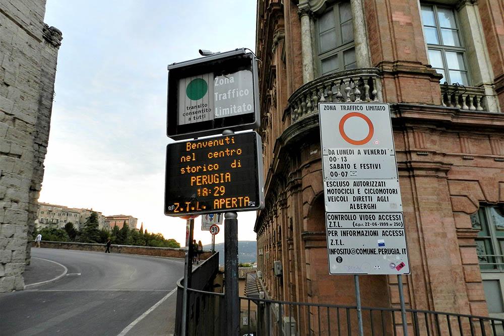 Так обозначают зоны с ограниченным движением — zona traffico limitato. На въезде и выезде из зоны есть видеокамеры. Если проехать мимо в неположенное время, оштрафуют автоматически