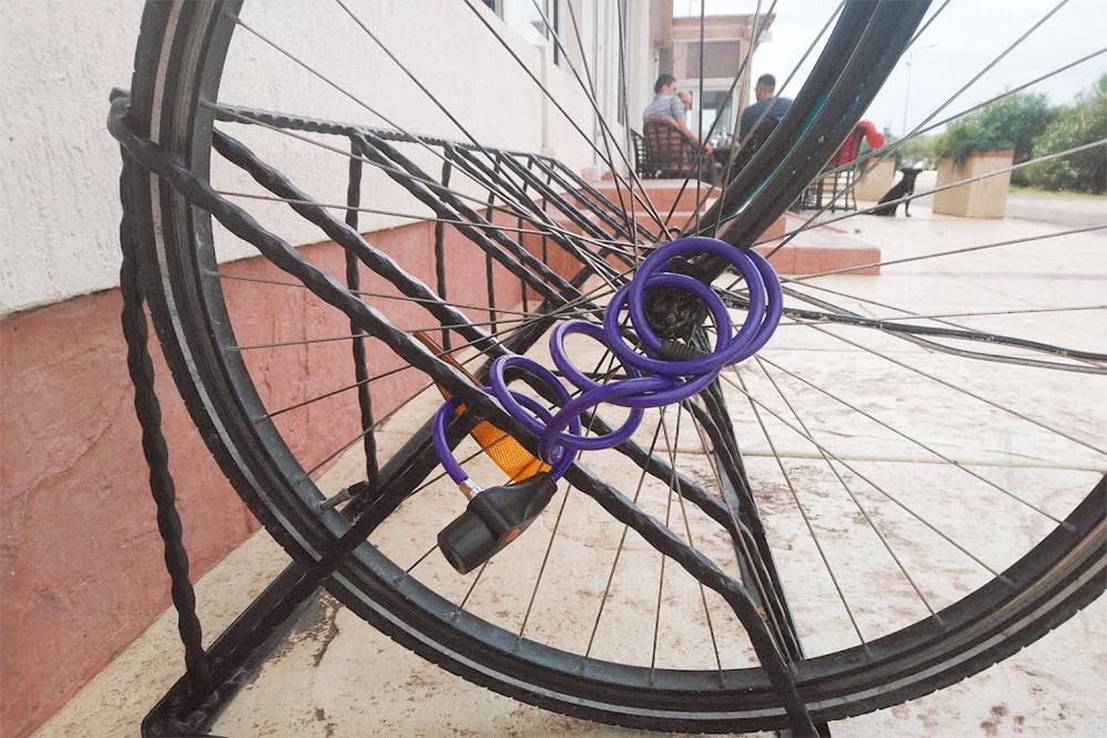 Крепить байк за одно колесо ненадежно: оно легко снимается. Кроме колеса на парковке может ничего не остаться