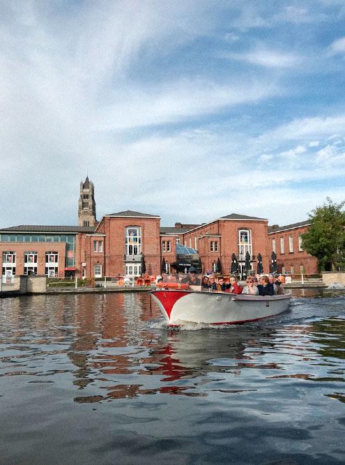 Прогулка на катере длится 40 минут, но этого вполне достаточно, чтобыполюбоваться на город с воды