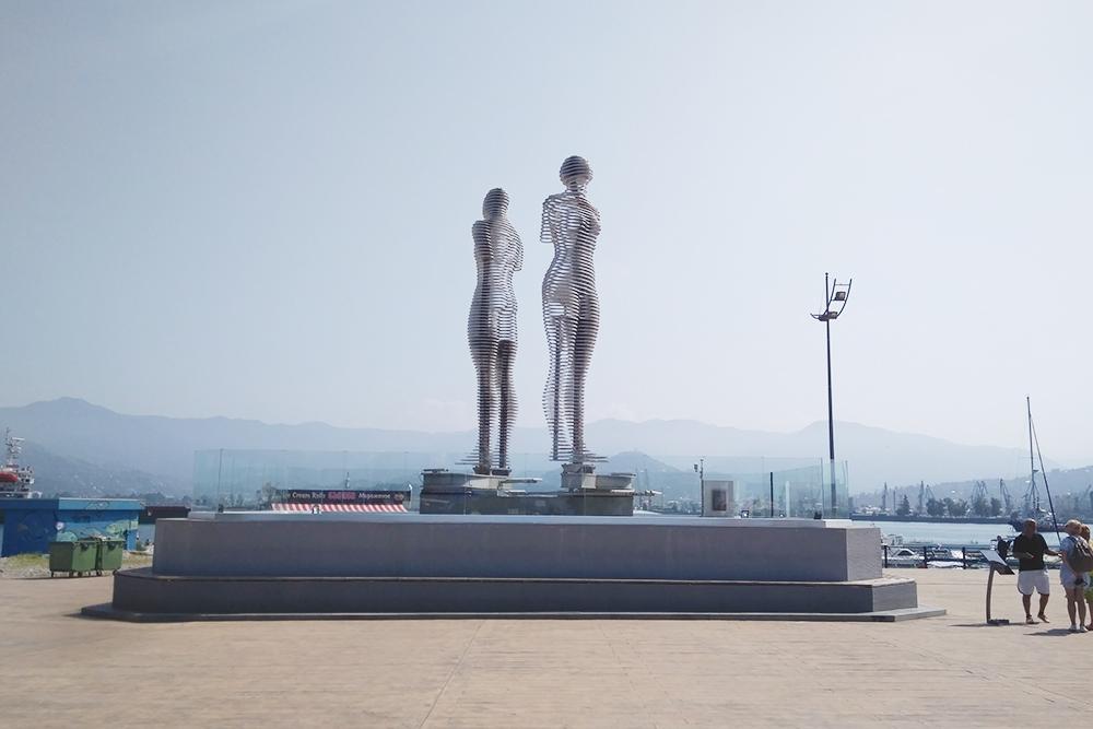 Движущиеся фигуры «Али и Нино». Посвящены книге о любви двух бакинцев: грузинки Нино и азербайджанца Али