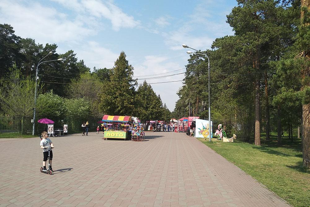 По краям и в центре дорожек в парке Гагарина — аттракционы и киоски с едой. Тут гуляют родители с детьми, парочки, школьники и студенты