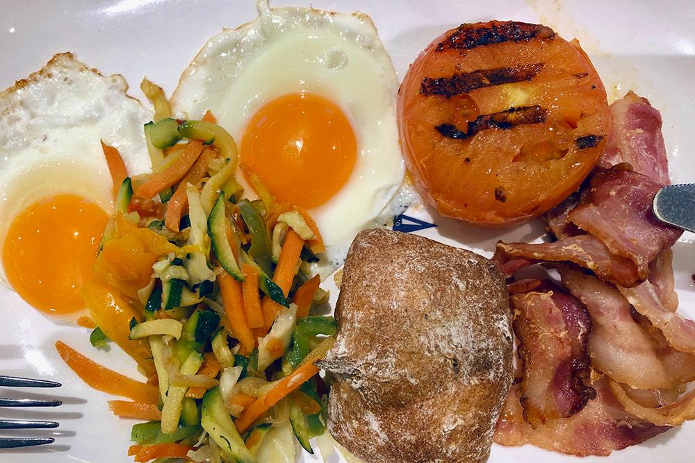 На завтрак предлагают много блюд из яиц, можно сделать омлет с начинками на свой вкус