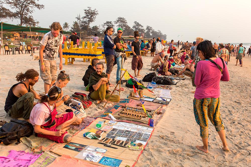 Ежедневный блошиный рынок Арамболя на закате. И хендмейд-фенечки можно купить, и пирожком перекусить, и спину вправить, и даже на музыкальных инструментах научиться играть. Фото: Shutterstock