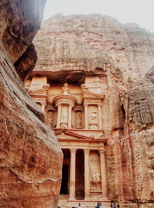 Арабы считали, что во времена Моисея в Эль-Хазне хранил сокровища египетский фараон — отсюда и название. Согласно другому местному преданию, в храме прятали сокровища разбойники, нападавшие на торговые караваны