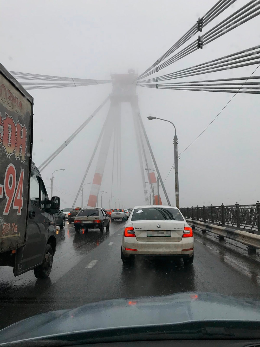 Часто по утрам туман настолько густой, что в пробке трудно разглядеть опору моста, даже если стоишь прямо около нее