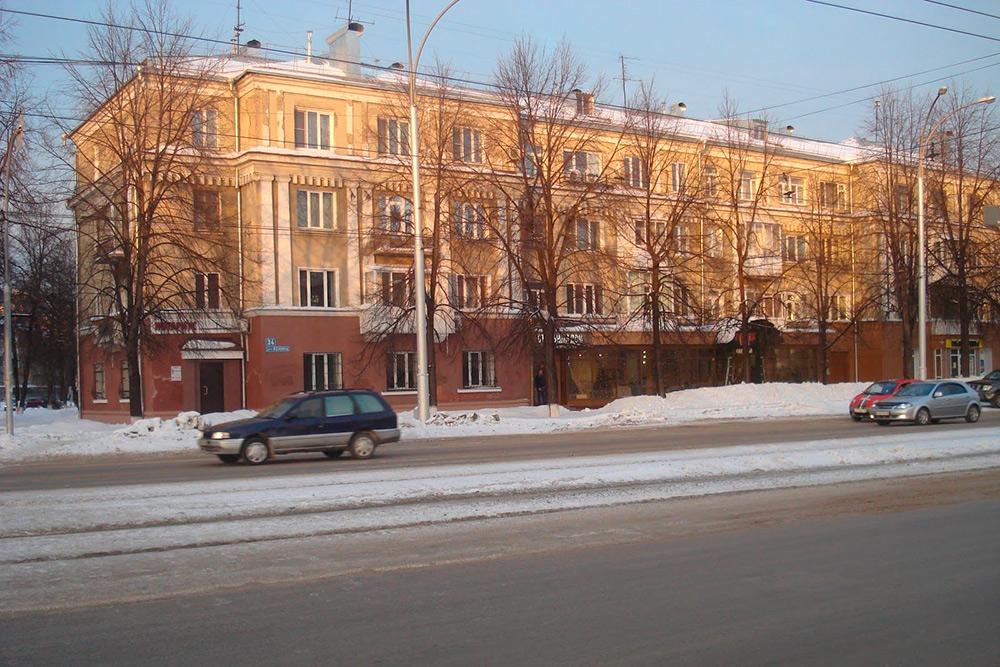 Офицерский дом, построенный в 30-х годах прошлого века на проспекте Ленина, 34, выделяется среди соседних хрущевок