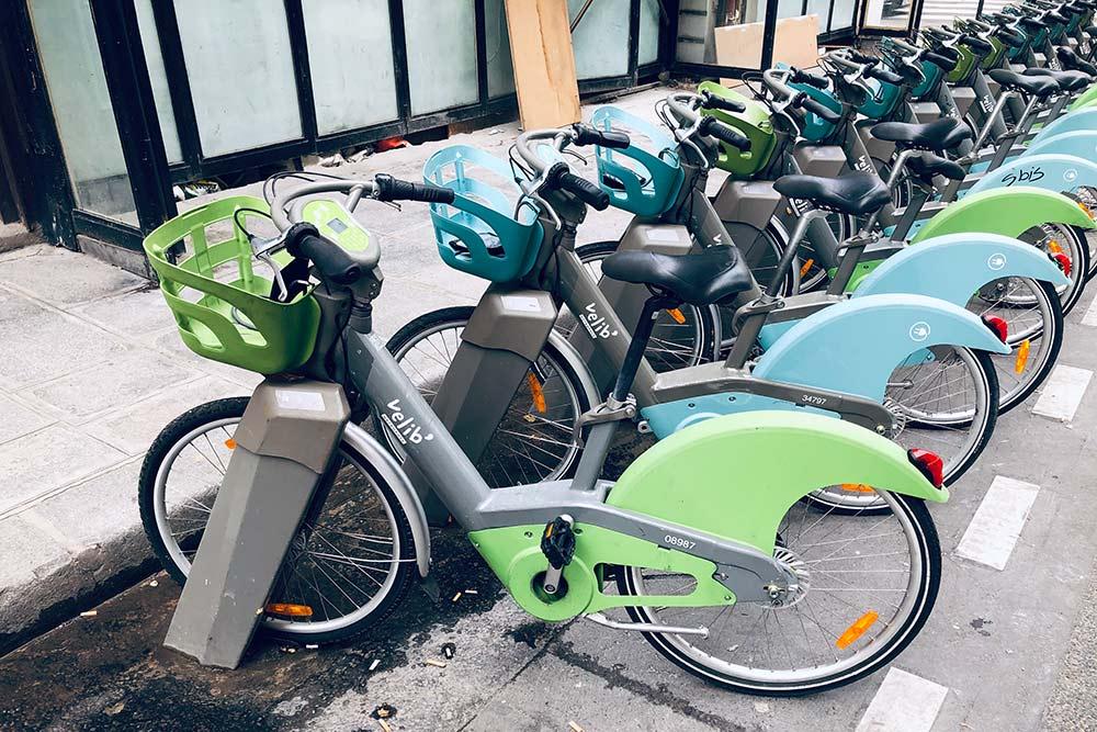 Велосипеды-ветераны от Velib. Они появились в Париже еще в конце 2000-х, поэтому условия их аренды не такие гибкие. Велики можно брать и оставлять только на специальных парковочных станциях, а оплачивать нужно картой через специальный автомат. Стоит это удовольствие 5€ (436<span class=ruble>Р</span>) за 24 часа + 1€ (87<span class=ruble>Р</span>) за первые 30 минут