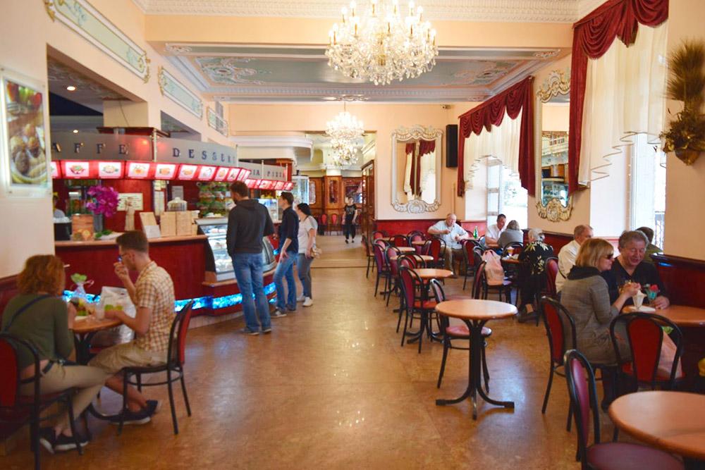 В центре на Большой Садовой находится очень старое кафе «Золотой колос»