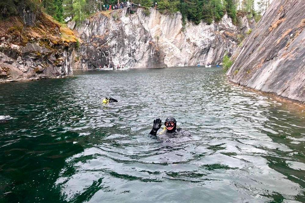 Муж и его друг говорят, что под водой не менее красиво, чем на суше