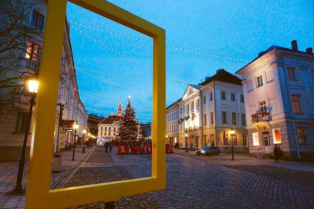 Центр Тарту, Ратушная площадь в ноябре: снег еще не выпал, но рождественский базар уже установили