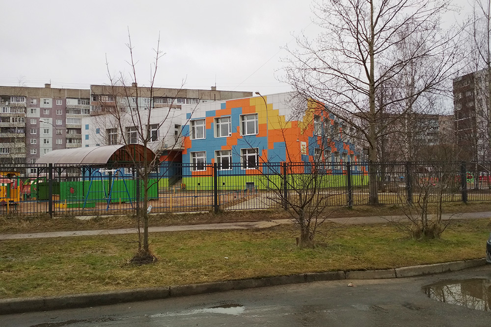 Детский сад рядом с моим домом. Здание построено в конце восьмидесятых, но лет 10 назад его капитально отремонтировали, а на территории установили новые площадки дляигр