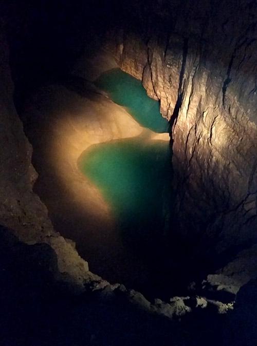 На глубине 25 метров есть озеро