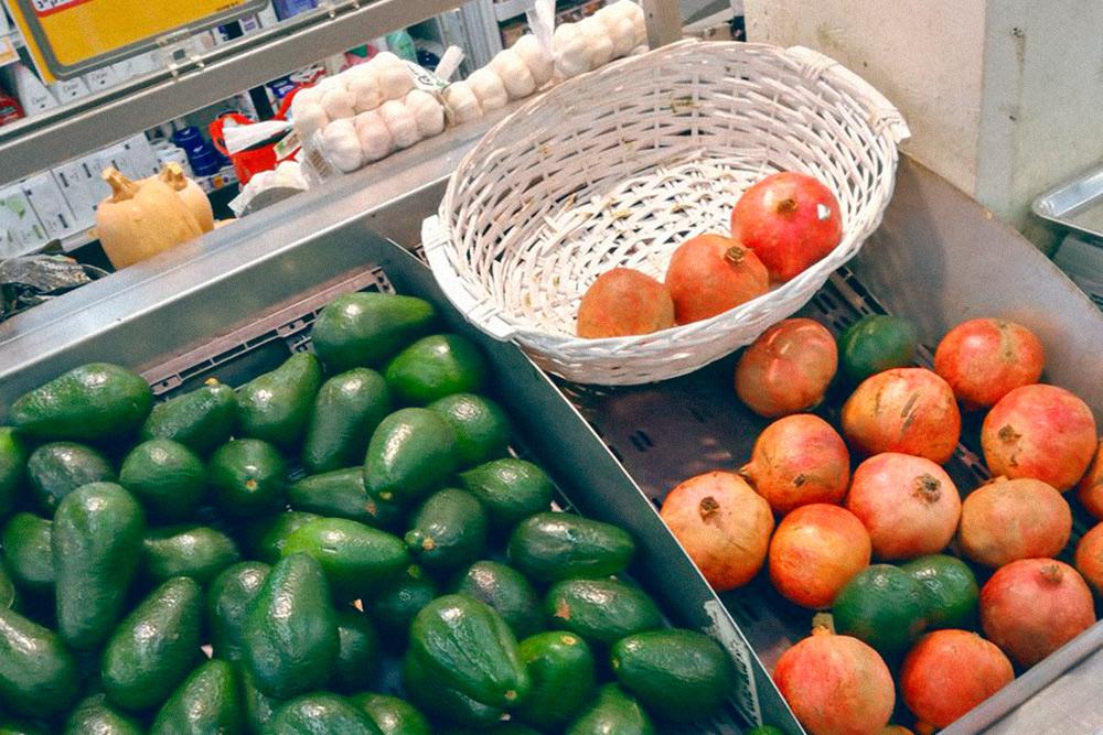 Авокадо и гранаты продают круглый год