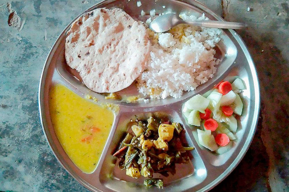 В ашрамах вегетарианская еда. Это обед в ашраме Бабаджи: чечевичная похлебка, рис, лепешки, свежие овощи, тушеные овощи с пресным сыром в карри. Добавки можно просить бесконечно