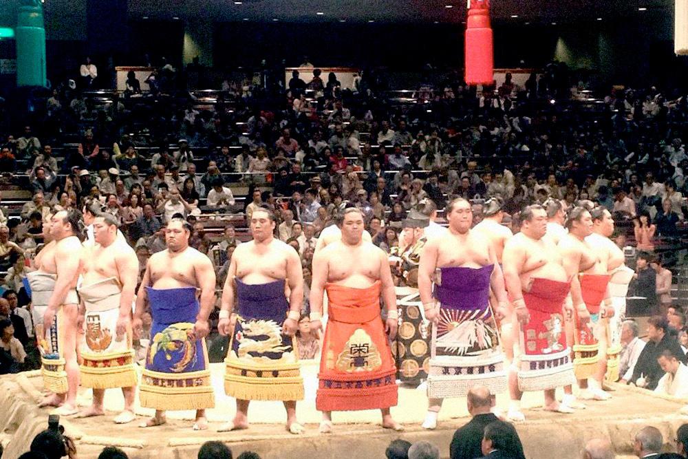 Сумо — одно из главных спортивных развлечений для японцев. Соревнования по сумо проходят четыре раза в год, билет стоит 10 000¥ (6000 рублей)