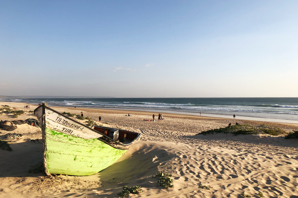 Пляж Кошта-да-Капарика. На мотоцикле изЛиссабона сюда можно добраться за 25минут