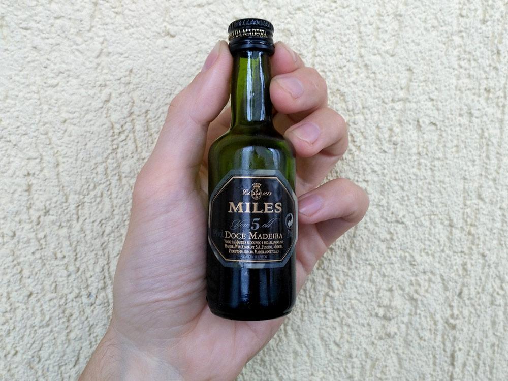 На Мадейре на бутылках крепленого вина написано madeira — это напиток мадера. Сложно понять разницу между мадерой и портвейном, поэтому мы весь отпуск пили портвейн, а потом узнали, что это пили мадеру. Крепленое вино впервые стали изготавливать на Мадейре, а не в Порту