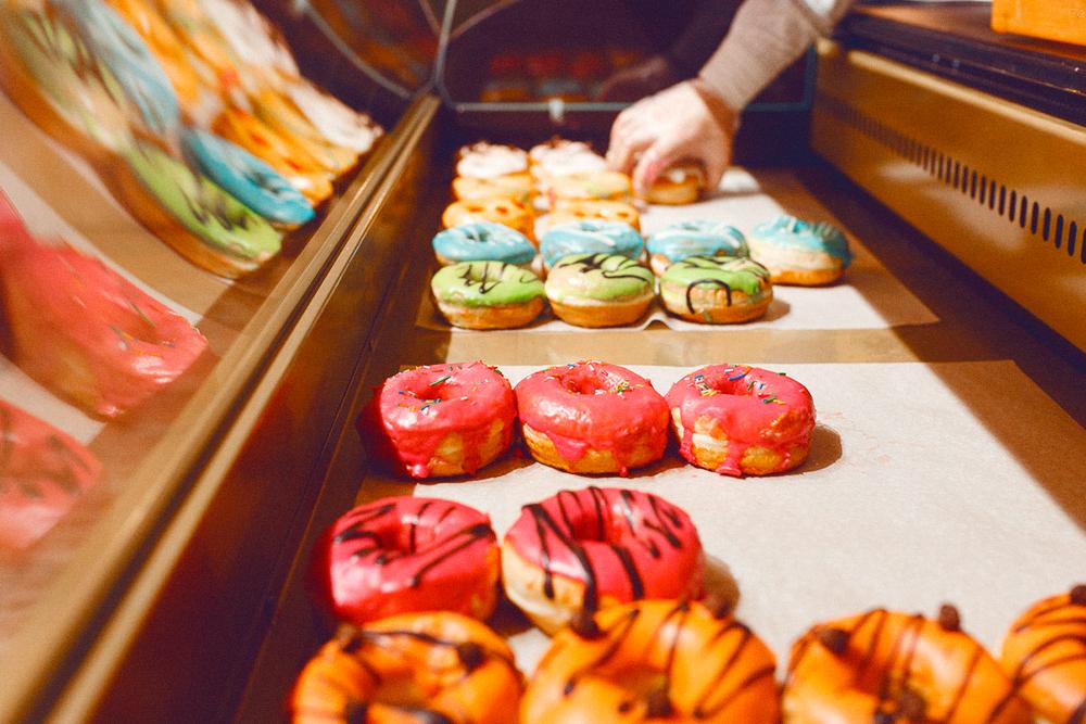В кофейне и в кофеточках пончики хранятся в холодильных витринах. От выкладки в пластиковые контейнеры отказались