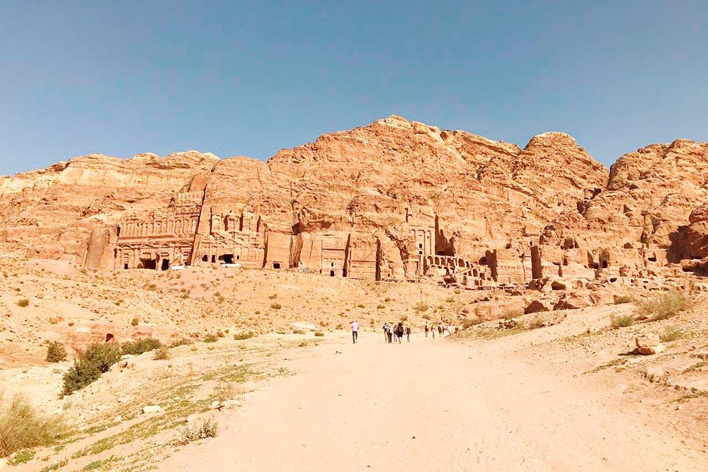Всего в Петре сохранилось 800 исторических объектов. Бродить по ней можно бесконечно, рассматривая спрятанные в скалы дома и храмы