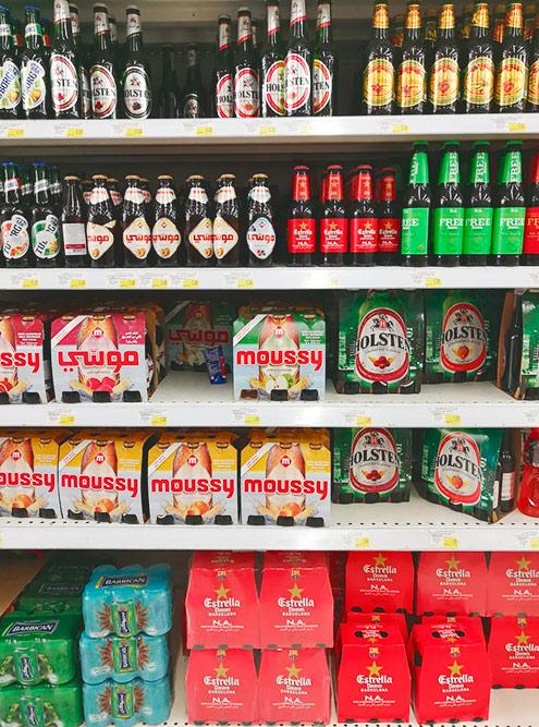 Полки с безалкогольным шампанским, пивом и вином в супермаркете «Карфур»