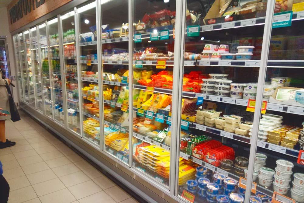 Сырный уголок в местном супермаркете: пармезан, бри, камамбер, горгонзола, моцарелла из буйволиного молока, козий сыр любой твердости по 6—20€ (420—1500<span class=ruble>Р</span>) за килограмм