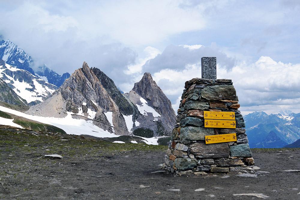 Самые высокие точки перевалов обозначаются каменными сооружениями с указанием высоты