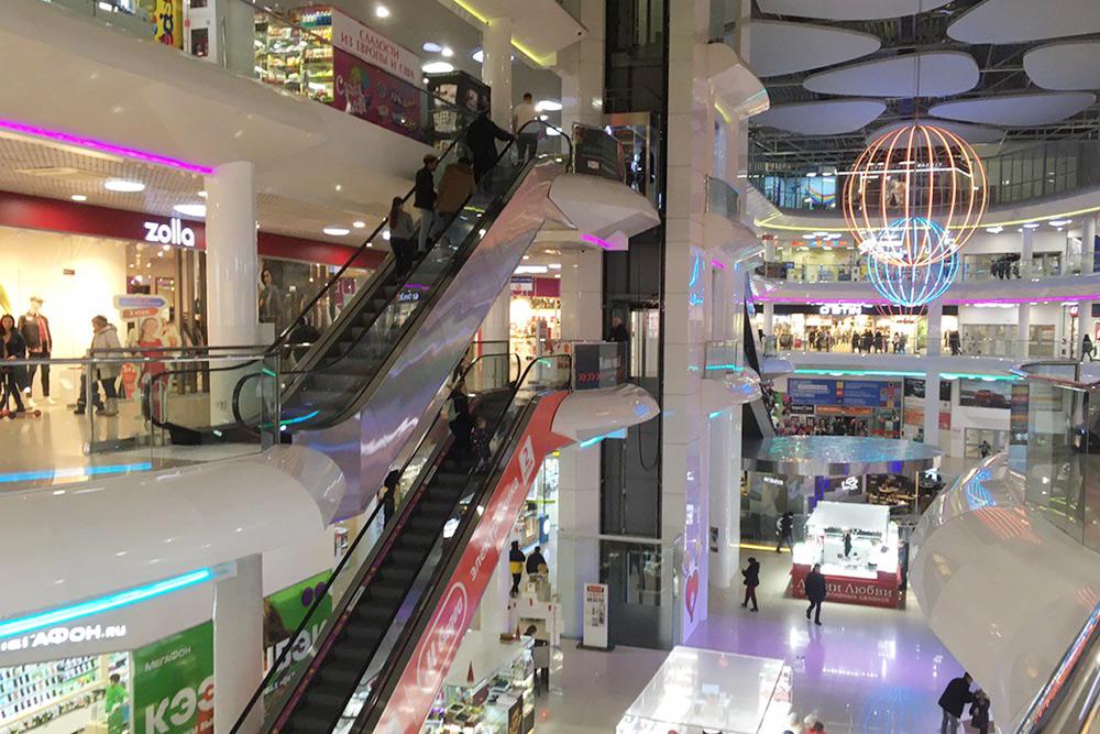 «Мармелад» — типичный современный торговый центр: с большой парковкой, эскалаторами, лифтами и круговой планировкой этажей