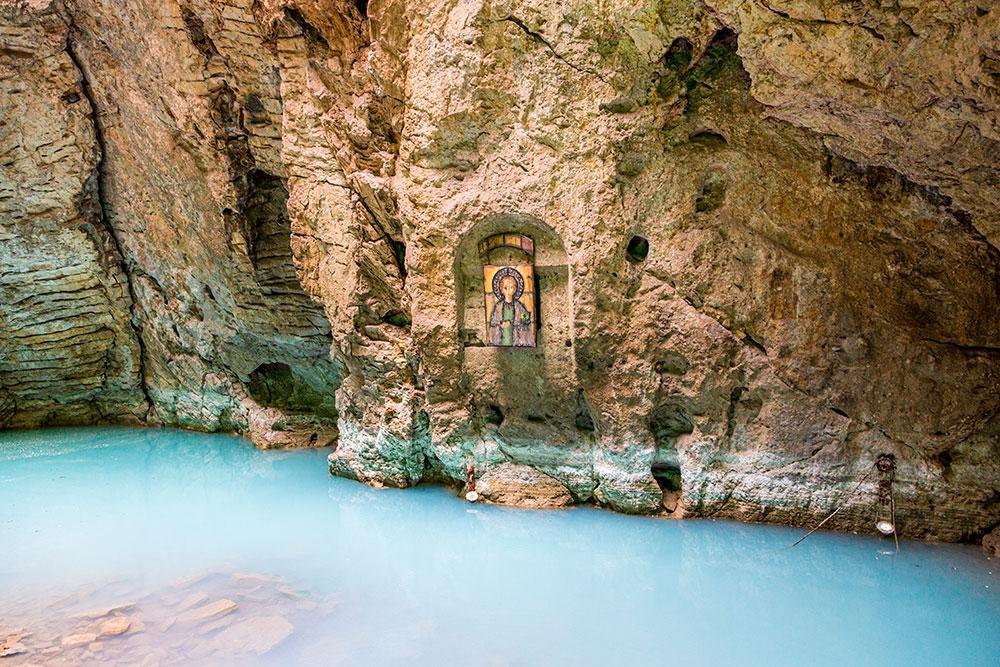 Озеро Провал. Икона освящает воду. Автор: S.O.E / Shutterstock