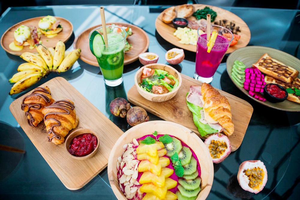 В заведениях Чангу есть авторские вариации модных блюд: фруктовые смузи-боулы, выпечка, блюда с яйцами пашот и тосты с авокадо