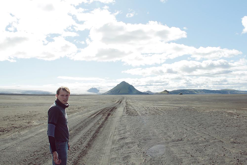 Зеленые холмы и реки в момент сменяются полем вулканического пепла и ледником