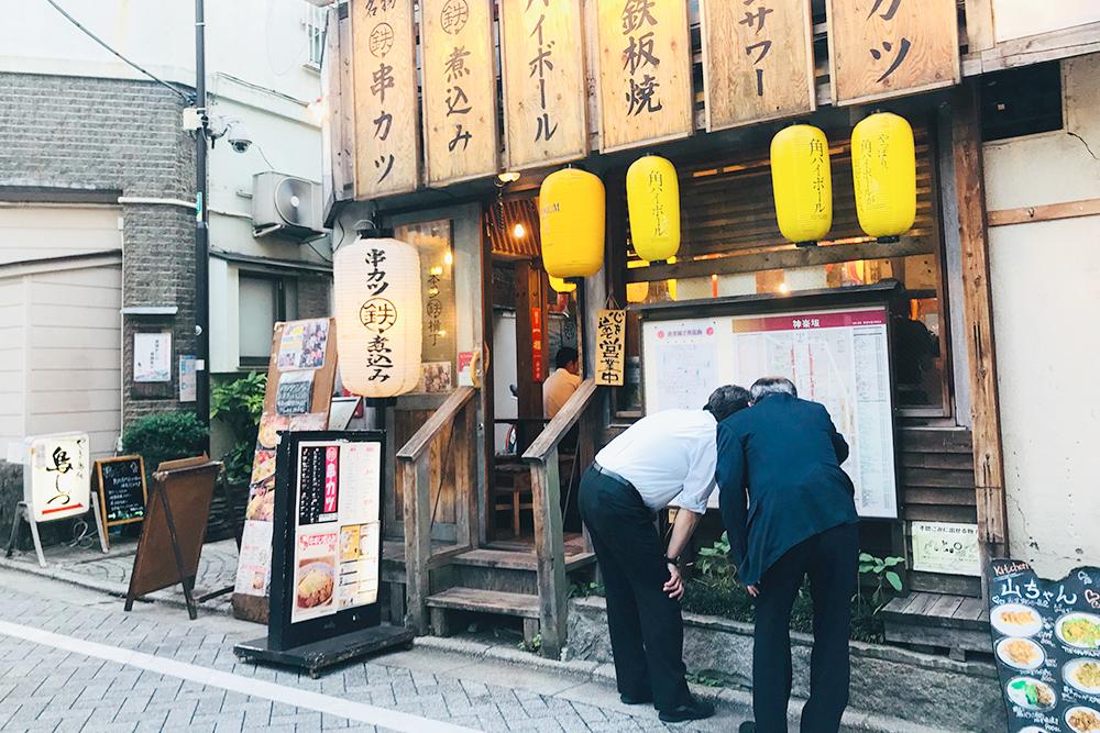 Один из многочисленных изакая на улицах Токио