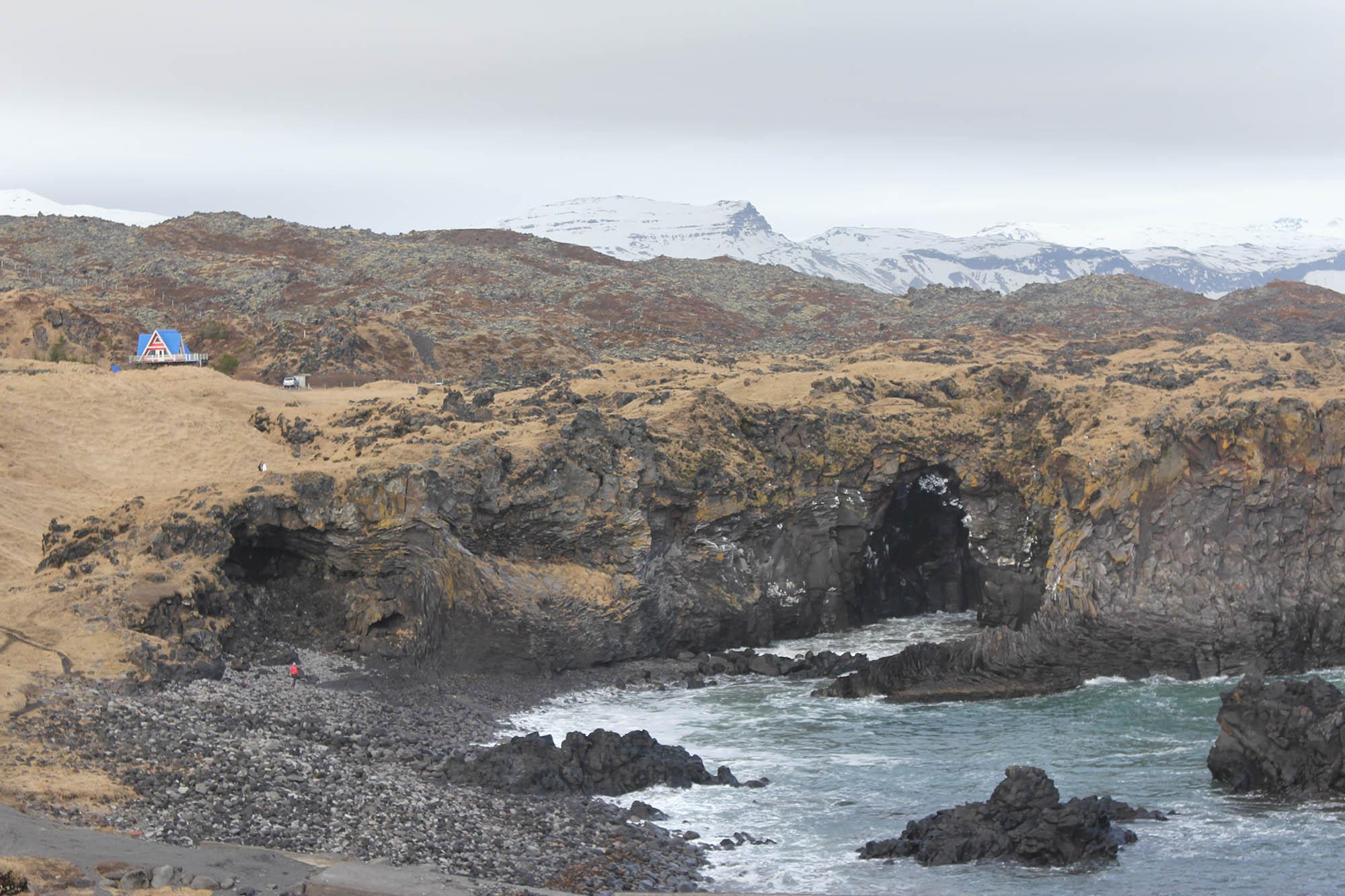 А еще в Исландии удивительная природа. Вот так выглядит полуостров Снайфелснесс, где происходило действие книги Жюля Верна «Путешествие к центру земли»