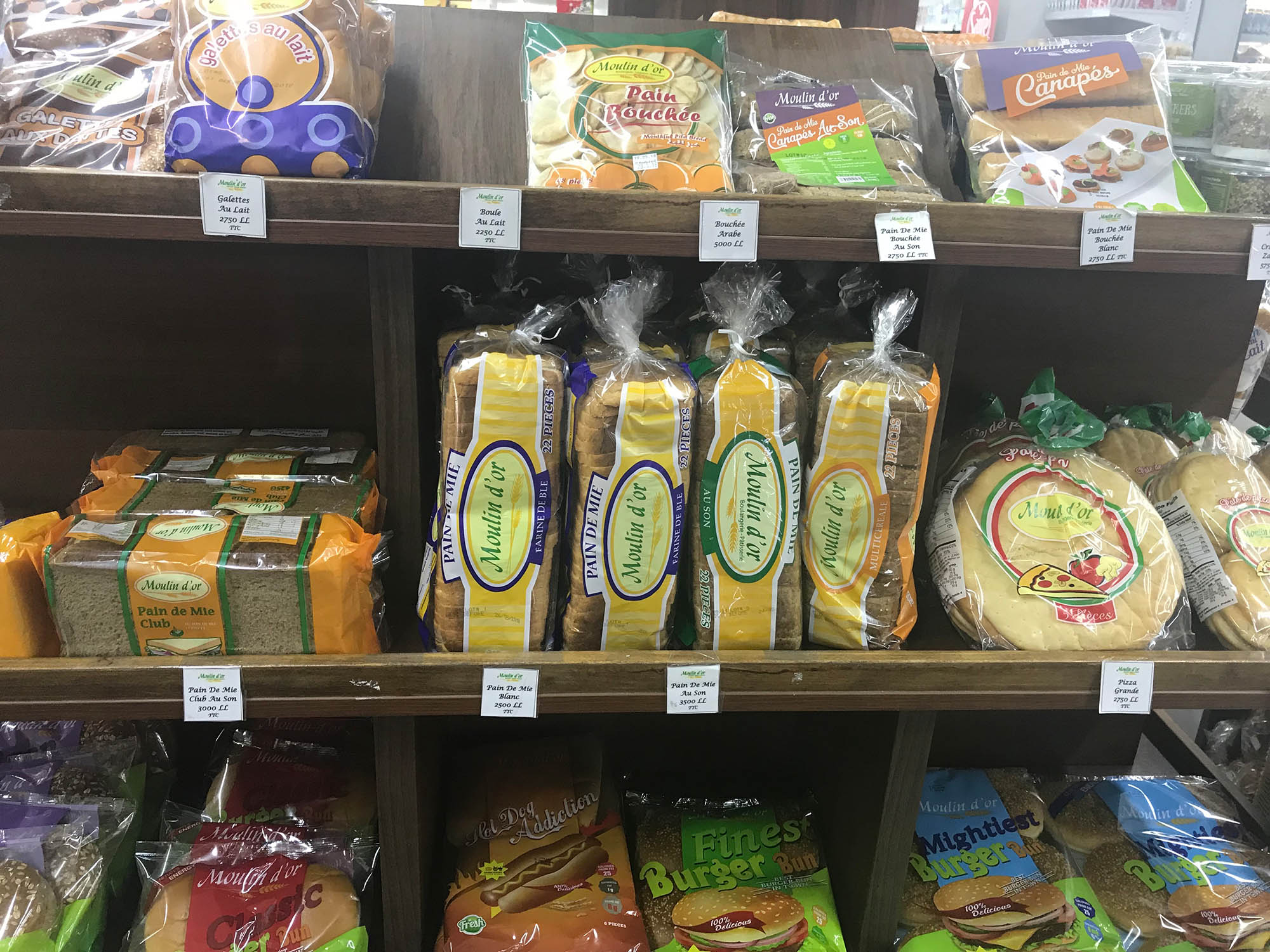 Французский нарезной батон в супермаркете — 1,6$ (99 р.)