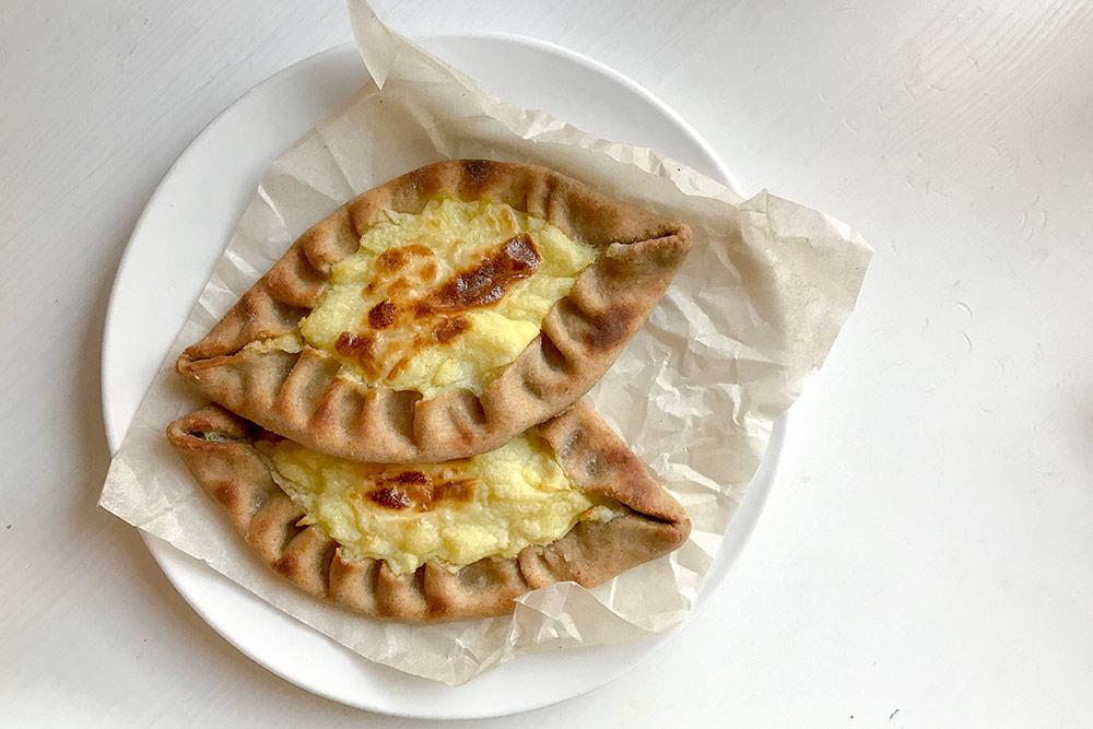 Это калитка — традиционный карельский пирожок из ржаной муки. Начинка бывает разная: с картошкой, кашей, творогом. Калитки нужно есть горячими, иначе невкусно