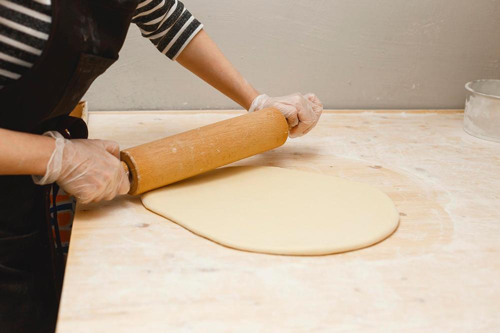 Тесто для пончиков раскатываем вручную обычной скалкой