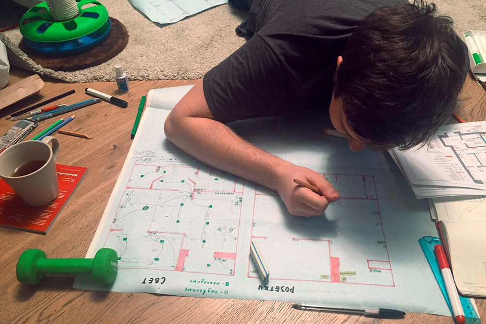 Муж рисует схему привязки розеток в три часа ночи