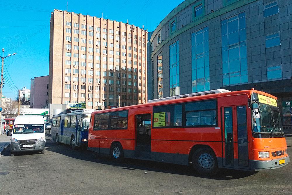 Справа — корейский автобус марки «Дэу», олицетворение общественного транспорта Владивостока в девяностых и начале нулевых. Сейчас «корейцев» почти вытеснили русские «газели» — пошлины на ввоз авто подняли и ввозить подержанные автобусы стало невыгодно