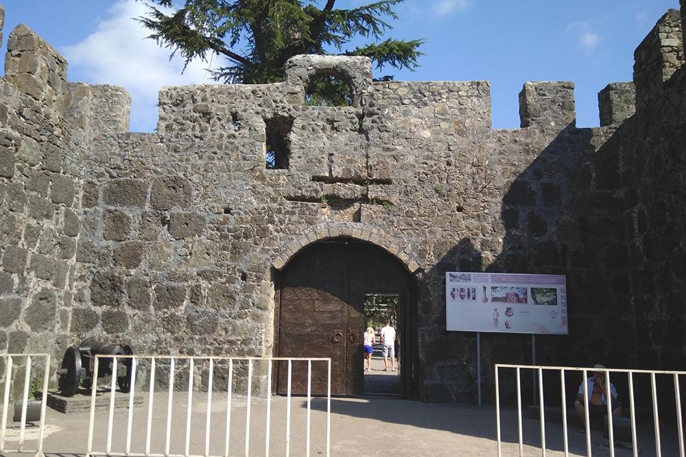 Римская крепость Гонио, на территории есть небольшой археологический музей. Вход стоит 3 ₾ (69 рублей) для взрослого, 1 ₾ (23 рубля) для ребенка