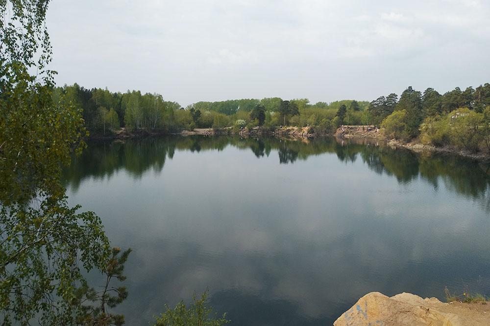 В сосновом бору есть несколько прудов и карьеров. На фото — Каменный карьер. Официально купаться в нем нельзя, но подростки в жару плавают