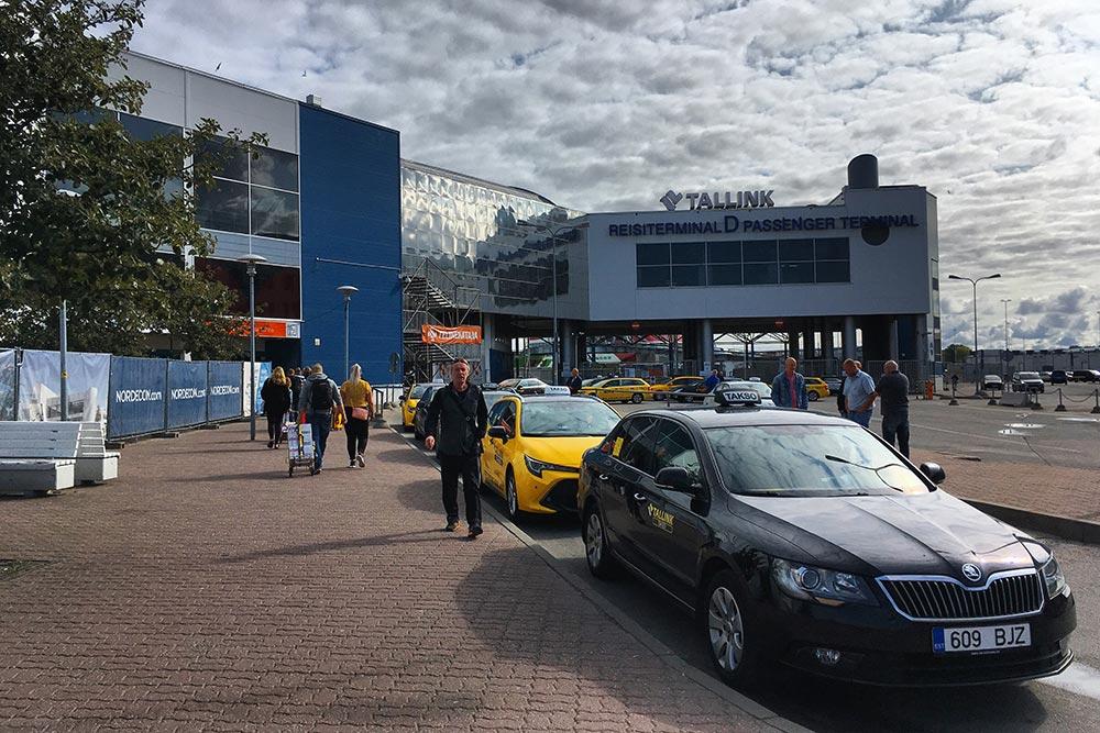 Терминал, откуда отправляется паром «Викинг-лайна». Таксисты говорят по-русски и заманивают в авто, но пешком идти совсем недалеко