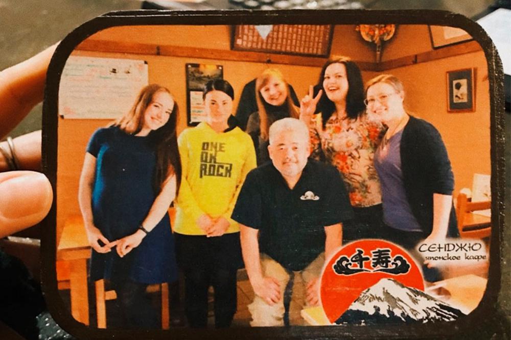 Шеф-повар «Сенджю» Такахаси Мицуо переехал в Йошкар-Олу из Токио, женился и открыл кафе, где вместе с сыном готовит длягостей по старым семейным рецептам