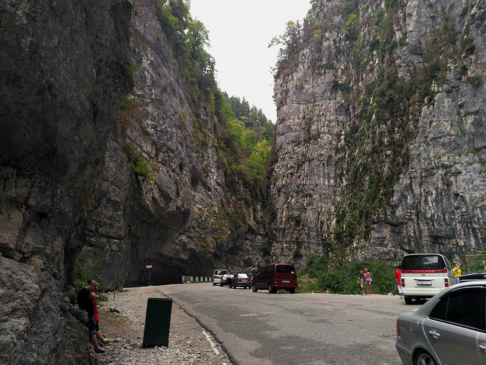 В ущелье «Каменный мешок» кажется, что горы сходятся. На самом деле под ними можно проехать. Скалы нависают прямо над головой