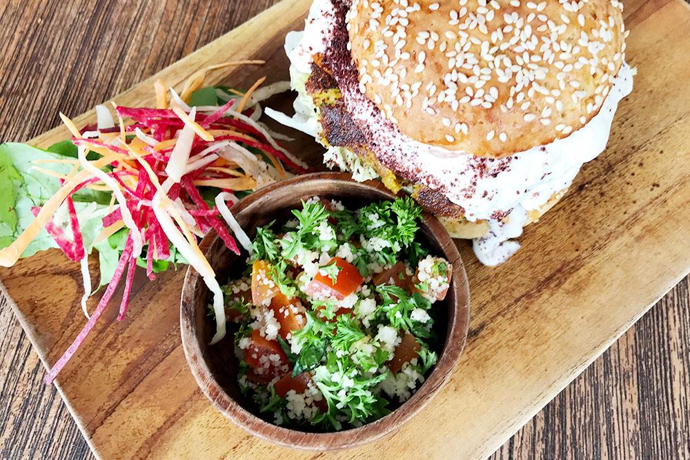 Этот вегетарианский бургер с котлетой из нута подается с салатом и стоит 65 000 рупий (300 рублей)